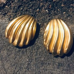 Vintage gold tone shell clip on earrings
